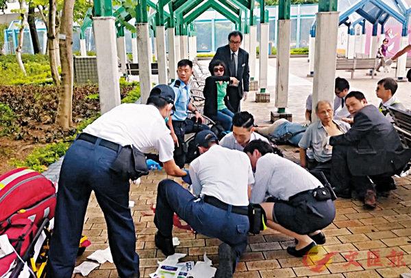■�o魚涌公園昨午發生開槍案,釀成1死3傷。圖為大批警員及醫護人員趕抵現場為傷者治理。 電視截圖