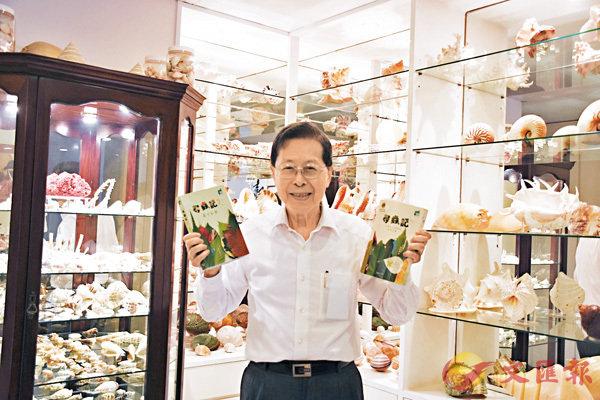 ■李熙瑜展示已出版的兩本《尋蟲記》。劉悅 攝