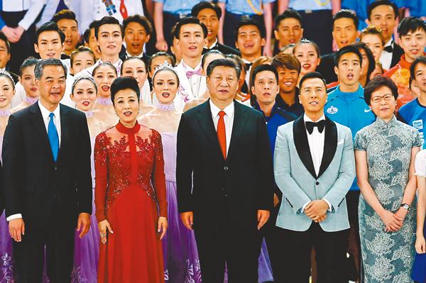 ■習近平去年出席慶祝香港回歸祖國20周年文藝晚會。  資料圖片