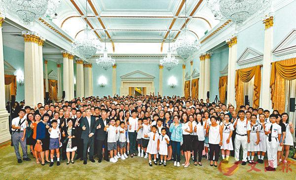 ■林鄭月娥昨聯同多位司局長在禮賓府與約140位獲獎港青及學生茶敘。圖為大合照。