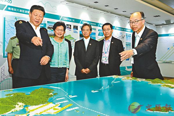 ■ 去年7月1日,習近平來到香港國際機場,考察第三跑道建設情況,觀看展板和沙盤模型。 資料圖片