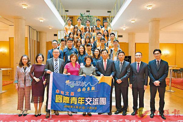 ■交流團全員與馬克卿大使及一眾外交官合影留念。 香港文匯報記者劉佳男  攝