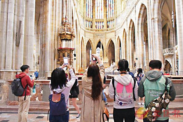■未來之星同學們在布拉格大教堂內「打卡」。香港文匯報記者劉佳男  攝