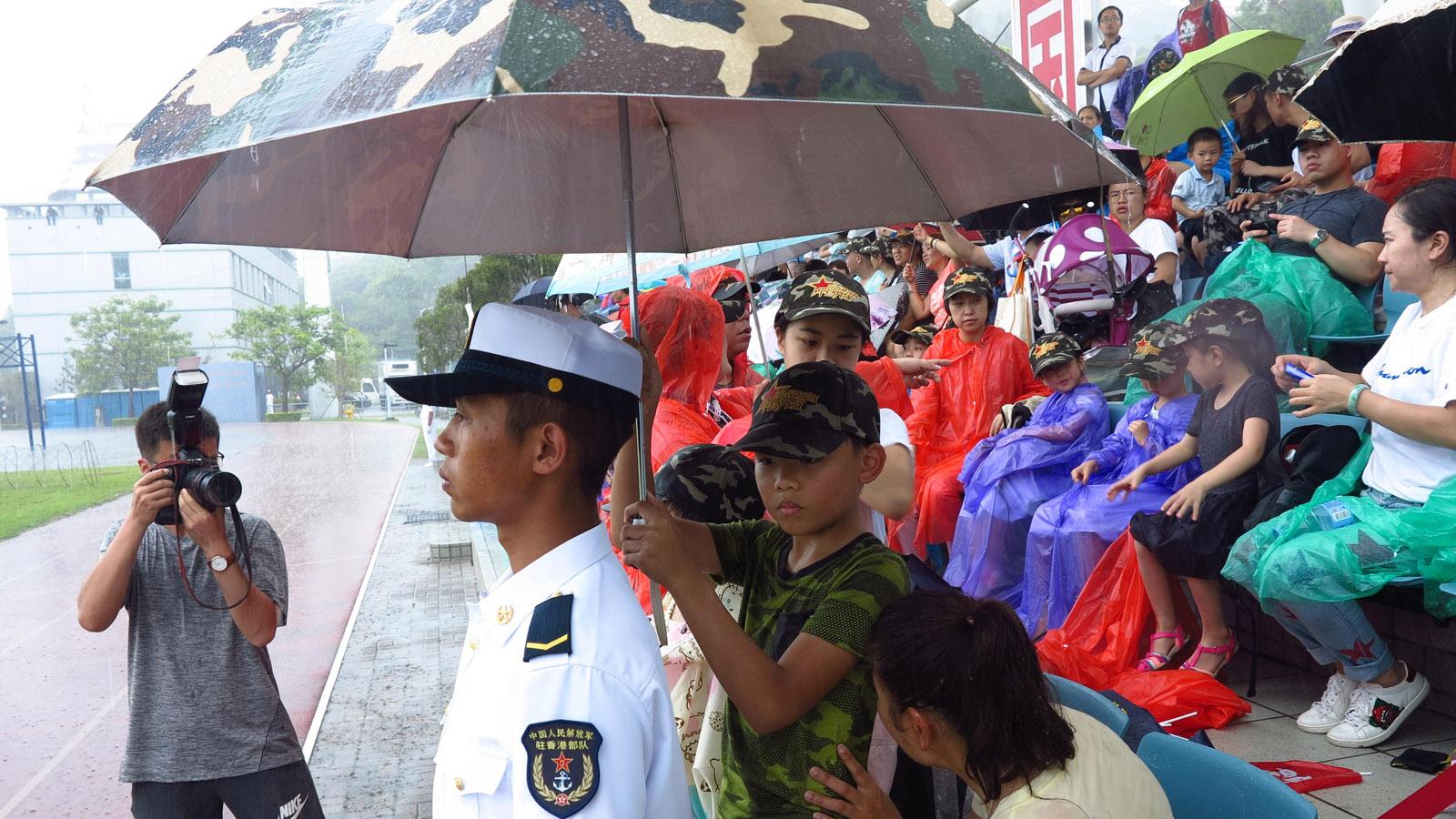 戰士保港衛國 學生為你擋雨
