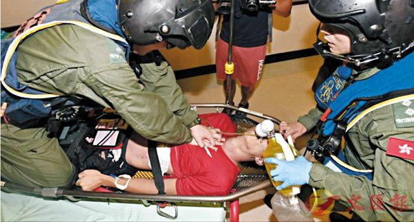 ■遭雷擊重傷昏迷青年,由直升機送院時隨行醫生需不斷進行心外壓搶救,惜最終傷重不治。