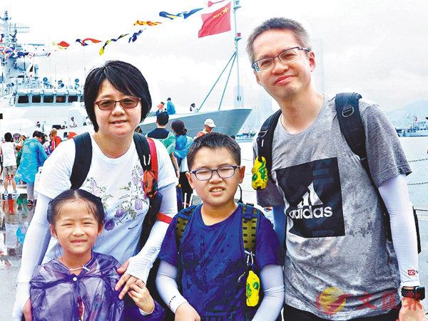 ■梁同學和家人  香港文匯報記者殷翔  攝
