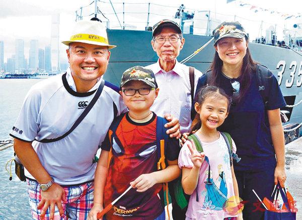 ■蔡同學和家人  香港文匯報記者殷翔  攝