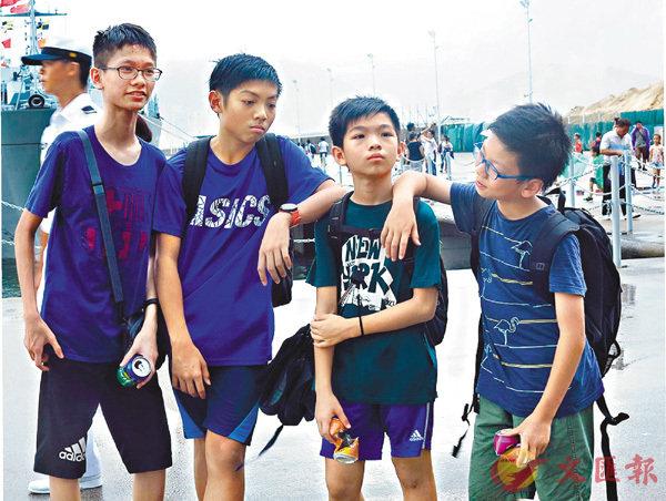 ■林同學(左一)和周同學(左二) 香港文匯報記者殷翔  攝