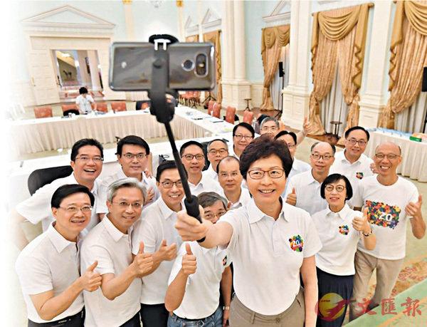 ■林鄭月娥與特區官員自拍。資料圖片