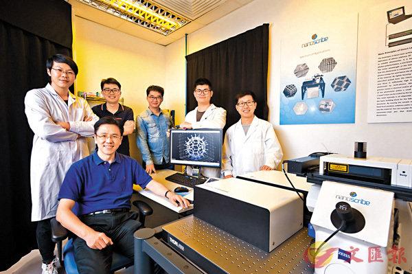 ■孫東(前排)領導團隊發明磁力微型機械人,可在生物體內精準運送細胞。 城大供圖