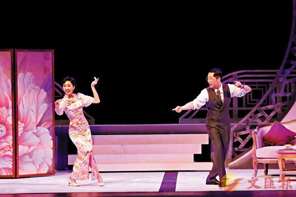 ■陸小曼(胡定欣)教徐志摩(馬浚偉)台步,這段戲頗有趣!   作者提供