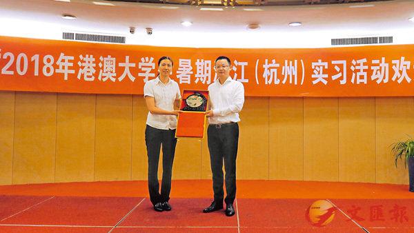 ■周蘇紅(左)向嚴中則(右)致送紀念品。 香港文匯報記者俞晝  攝