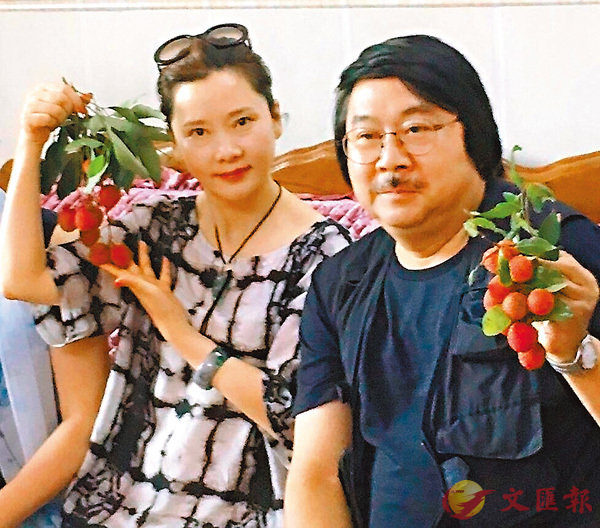 ■何賽飛(左)與葉教授在博羅縣品嚐荔枝。作者提供