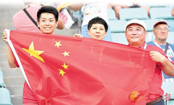 ■觀看世界盃的中國球迷在賽前合影。資料圖片