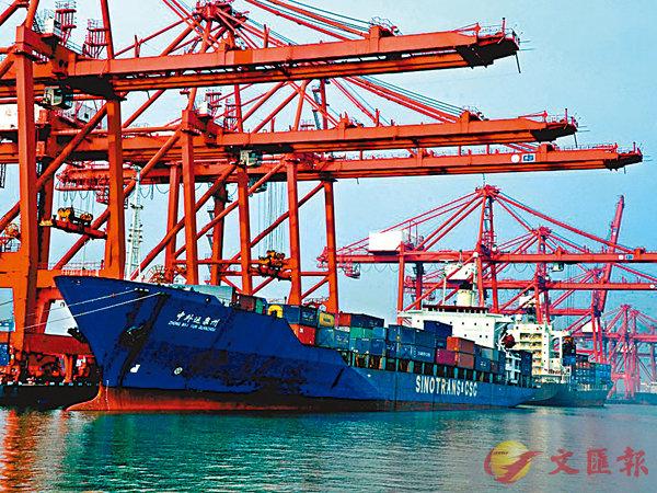 ■分析人士指出,因有中國這個超級消費市場和勞動力大國在支撐,才成就了美「世界第一」的霸主地位。圖為中遠貨輪在美國港口卸貨。資料圖片