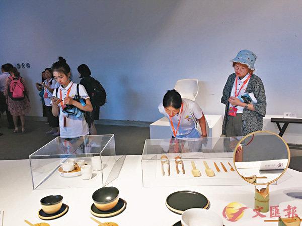 ■台灣青年參觀中國美院作品展覽,增進兩岸交流。 香港文匯報記者王莉 攝