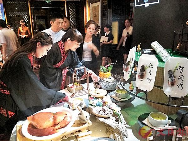 ■ 孔府菜展台。 香港文匯報山東傳真