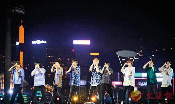 ■HSJ在戶外舞台上演出,美麗的維港夜景作襯托。  GEM、Nippon TV提供