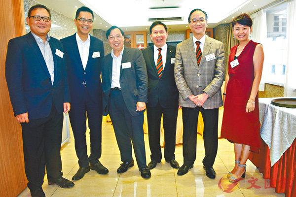 ■香港中華出入口商會主要成員介紹該會本年將舉辦的各項活動。 香港文匯報記者李摯  攝