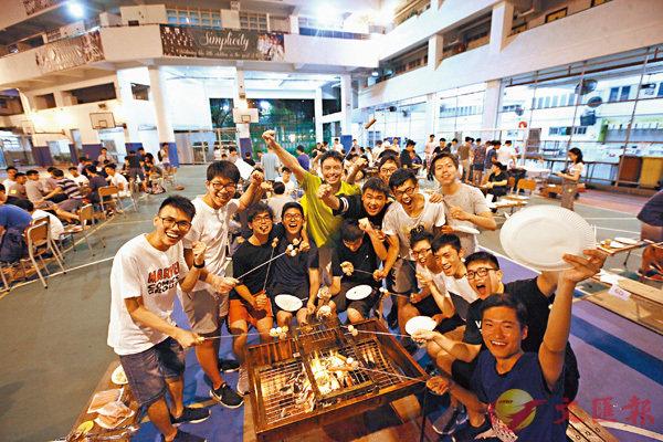 ■聖芳濟書院昨日在校內為中六畢業生舉辦燒烤分享晚會,有助畢業生以樂觀態度面對今天文憑試放榜。 香港文匯報記者曾慶威 攝