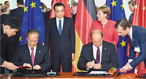 ■中國國務院總理李克強在柏林總理府與德國總理默克爾共同見證雙方農業、通信、汽車、自動駕駛等領域20多項雙邊合作文件的簽署。 新華社