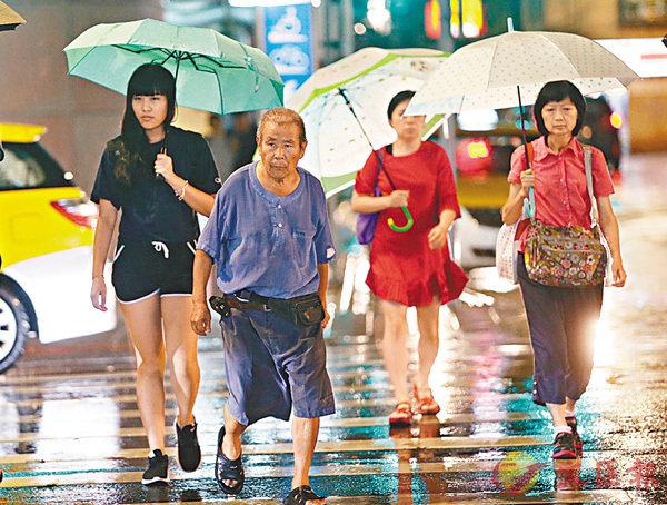 雨中出行。   中央社