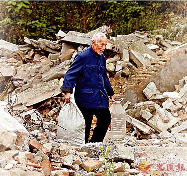 ■只要能賣錢的廢品,吳定富都要撿拾。 香港文匯報重慶傳真