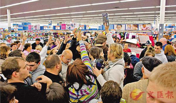 ■美國零售商領袖協會批評新一輪關稅措施已影響一般消費者。圖為美國民眾早前在沃爾瑪搶購貨品。 資料圖片