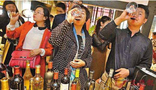 ■有研究機構調查顯示,中國新興中產群體的葡萄酒消費量自2012年起不斷增加。 資料圖片