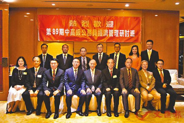 ■培華基金首長聯同主辦代表與學員合照。香港文匯報記者繆健詩  攝