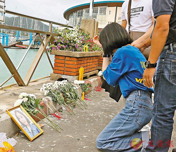 ■昨天是布吉沉船遇難者的「頭七」。家屬帶備鮮花在海邊拜祭。 中新社