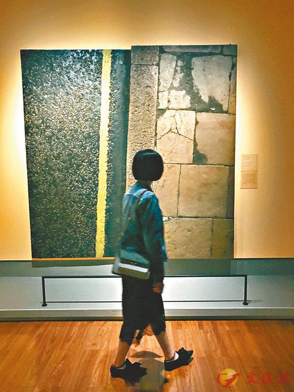 ■展覽現場,觀眾在欣賞《霍蘭公園大道習作》,馬克·博伊爾,1967年,泥土塗抹在樹脂和纖維玻璃上