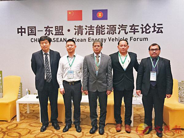 ■金國慶(左二)建議東盟出台激勵政策支持電動車推廣。左一為蒼學俊。 香港文匯報記者章蘿蘭  攝