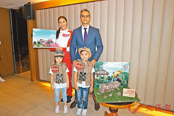 ■畢嘉浩(後排右)料奧海城及屯門市廣場第三季營業額按年升8%。香港文匯報記者梁悅琴  攝
