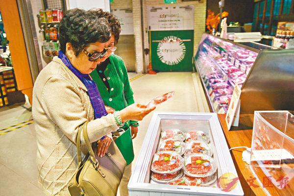 ■消費者在超市挑選美國牛肉。資料圖片