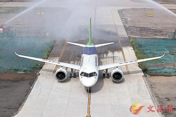■ C919大型客機102架機轉場山東東營試飛基地。 香港文匯報上海傳真