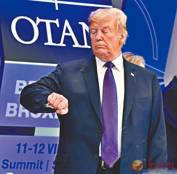 ■特朗普在北約峰會期間,抬手看錶。 美聯社