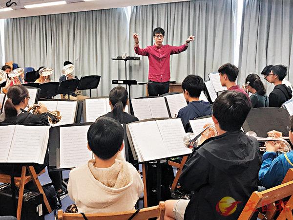 ■董煒樂(紅衫)正指揮音樂事務處青年銅管樂團。香港文匯報記者唐嘉瑤  攝