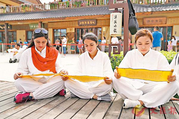 ■外國大學生在吟誦《詩經》。 香港文匯報陝西傳真
