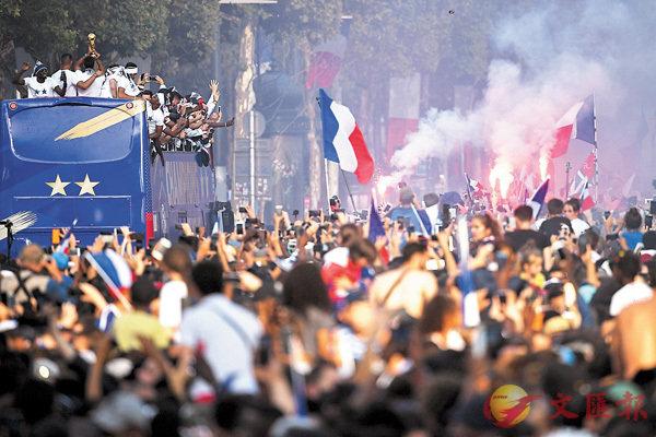 ■法國隊所到之處,無不受到民眾歡呼。 路透社