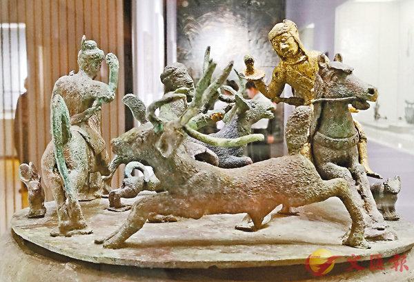 ■貯貝器上雕塑的狩獵場面。