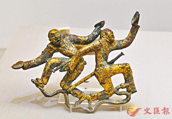 ■鎏金雙人盤舞銅扣飾。