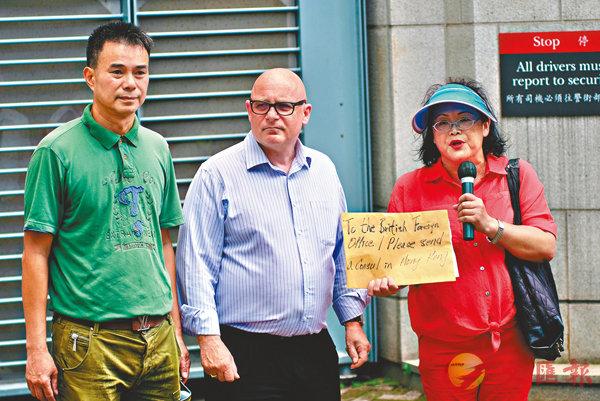■「珍惜」成員向職員遞交請願信。香港文匯報記者梁祖彝  攝
