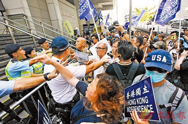 ■ 參與昨日民陣遊行的撐「獨」分子辱警,一度引發衝突。 香港文匯報記者曾慶威  攝