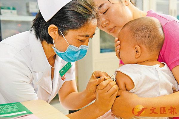 ■长春长生生物科技有限责任公司两次被爆出存在疫苗造假问题,国家药品监督管理局昨日表示,已对企业立案调查。 图为适龄儿童接种疫苗。 资料图片