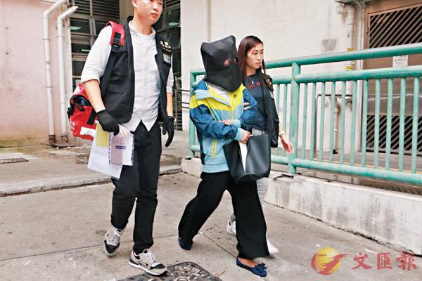 探員將其中一名涉嫌欺詐的女疑犯,押返其於觀塘的寓所搜查。香港文匯報記者鄧偉明  攝