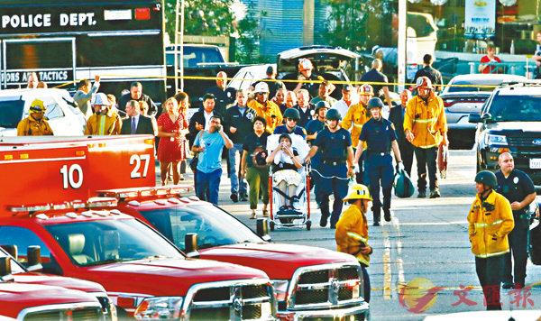■警方及救護員將受傷人質送院。 美聯社