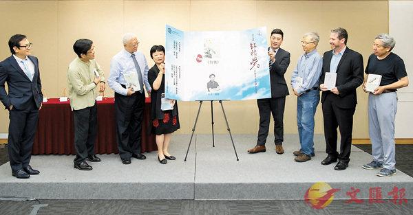 ■署理文學院院長潘明倫教授(右四)、決審委員會主席鍾玲教授(左四)與決審委員會公佈得獎作品。
