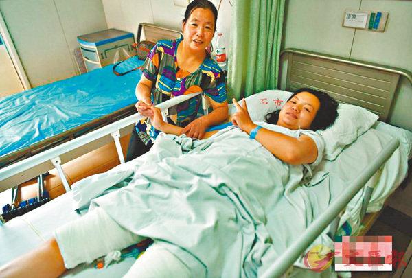 ■經過6個小時的手術,醫生從康靜(右)腿上順利取出全身體表面積16%-18%的皮膚,移植到其父的腰背部及四肢。 網上圖片