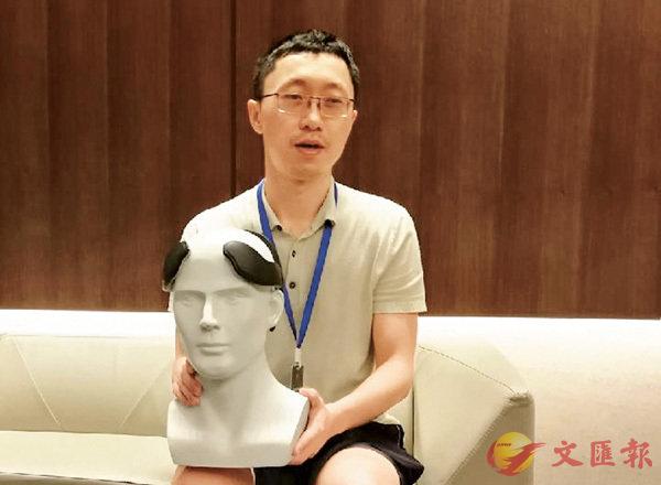■ 內地科學家正在研發一種穿戴式頭盔,可輔助增強人腦功能。圖為中國科學院深圳先進技術研究院副研究員蔚鵬飛。 網上圖片